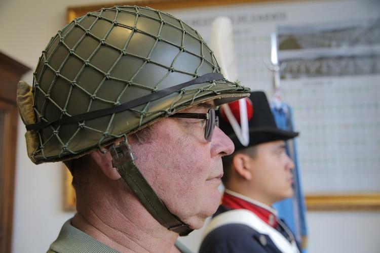 Jorge Eduardo Melnichuk llegó a la ceremonia al Congreso de la Nación, donde le dieron una distinción como veterano de la guerra de Malvinas, con el casco que usó encombate y logró recuperar luego de 37 años