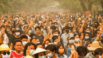 Una multitud se manifiesta este domingo con un gesto de protesta (AFP)