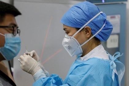 Las vacunas de Sinopharm y Sinovac representan la mayor parte de las inyecciones administradas en China, que hasta ahora ha inoculado a 243 millones de personas (REUTERS)