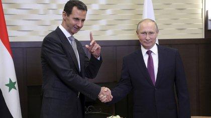El presidente ruso Vladimir Putin y el dictador sirio Bashar al Assad, reunidos en Sochi el 20 noviembre de 2017 (Reuters)