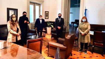 Dos semanas atrás los diputados de Juntos por el Cambio viajaron a Buenos Aires. Por acuerdo, las reuniones de comisión siguen siendo remotas (@KBanfi) ·
