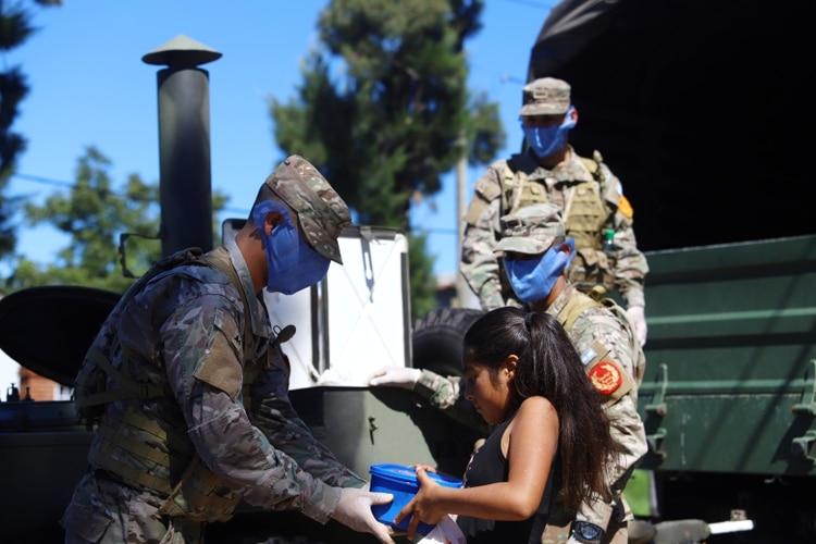 Se le pidió al Ministerio de Defensa potenciar la presencia del Ejército tanto en el conurbano bonaerense como en los barrios del Gran Rosario, Córdoba y Tucumán para asistir en la entrega de alimentos (Reuters)