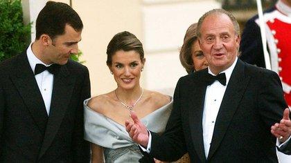 Letizia y Felipe, vistos un día antes del día de su boda con el Rey Juan Carlos, el 21 d emayo de 2004 (AP)