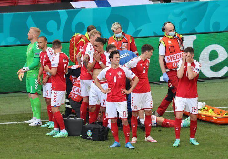 El plantel de Dinamarca rápidamente fue en ayuda de Christian Eriksen (Reuters/Wolfgang Rattay)