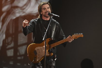 ARCHIVO - Juanes durante su presentación en la 20a entrega de los Latin Grammy el 14 de noviembre de 2019 en el MGM Grand Garden Arena en Las Vegas. Juanes es uno de los artistas nominados para los Latin Grammy que se entregarán el 19 de noviembre de 2020. (Foto AP/Chris Pizzello, archivo)