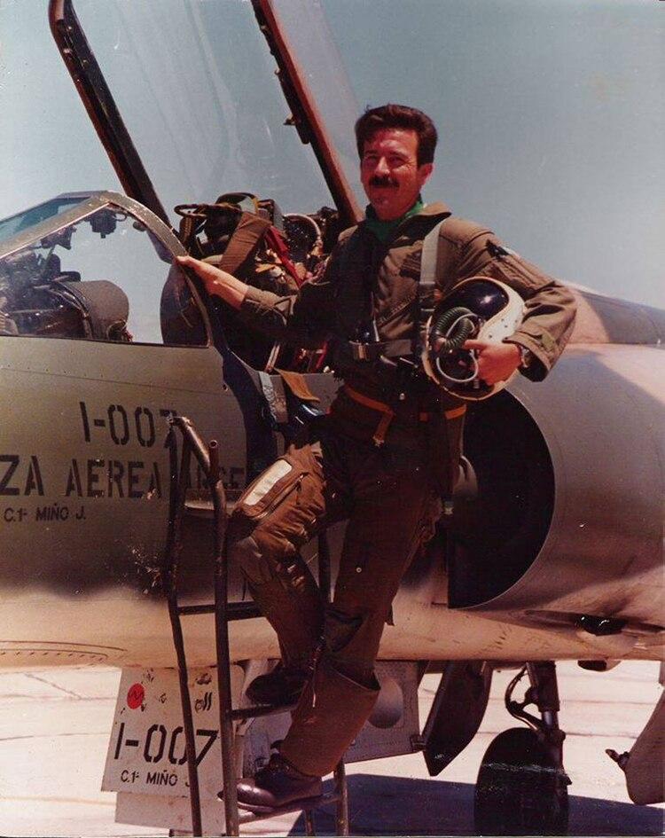 El capitán García Cuerva busca salvar su avión y aterrizar en las islas. Es derribado por fuego amigo y muere cerca de la pista de Puerto Argentino