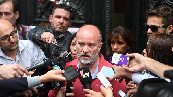 Sergio Maldonado en la puerta de la morgue judicial (Télam)
