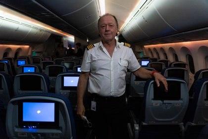 Enrique Piñeyro realizó este vuelo en su propio avión y haciéndose cargo de todos los costos para que algunos periodistas pudiéramos registrar lo que pasa en el mar argentino. El piloto recuperó su licencia para volar el año pasado. (Foto: Franco Fafasuli)