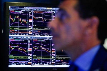 Un operador observa las pantallas electrónicas en la Bolsa de Nueva York (Archivo REUTERS/Eduardo Munoz)