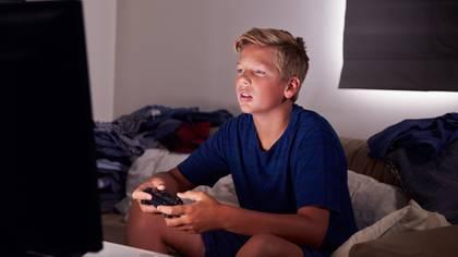 Recreación de un niño jugando a un videojuego (iStock)