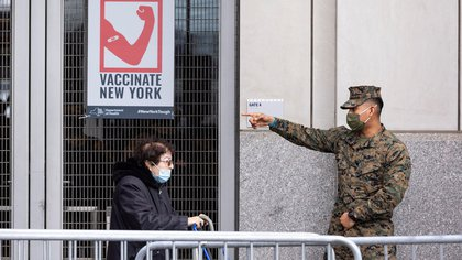 Un miembro de la Guardia Nacional asiste a personas en una cita de vacunación covid-19 en un sitio de vacunación establecido en el Yankee Stadium en Nueva York (EE.UU.), hoy 5 de febrero de 2021. EFE/Justin Lane