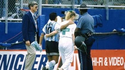 La enfermera abraza a Maradona y se dirigen hacia la sala donde el 10 daría su muestra de orina (Grosby)