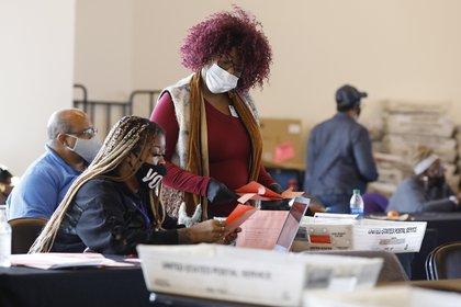 Oficiales realizan un conteo de votos en Atlanta, Georgia, el 6 de noviembre de 2020. EFE/Chris Aluka Berry