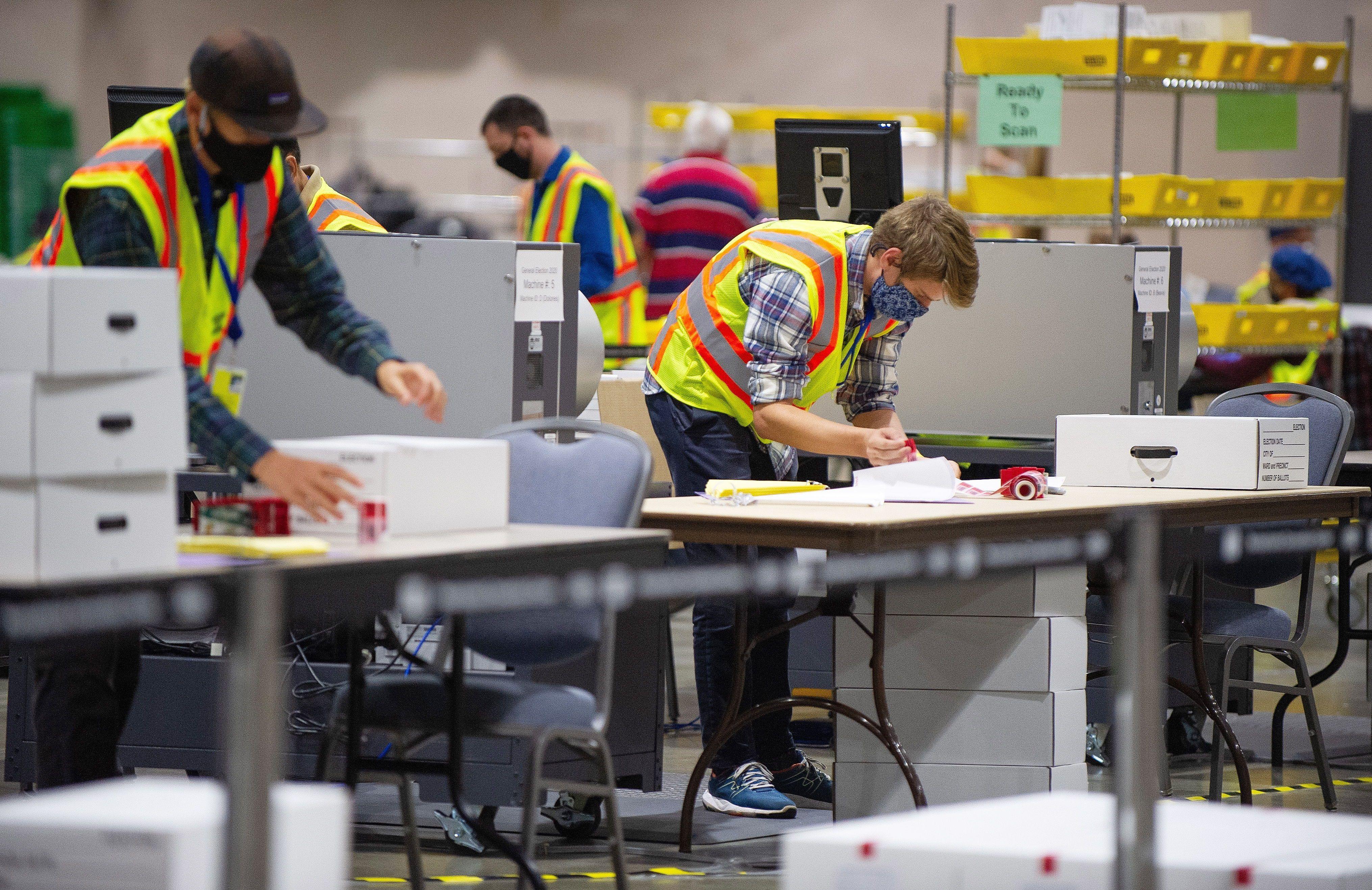 Los votos son escaneados y contados en el Centro de Convenciones de Pensilvania (Foto: EFE)