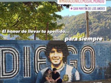 Gianinna y su hijo, junto al mural de Maradona