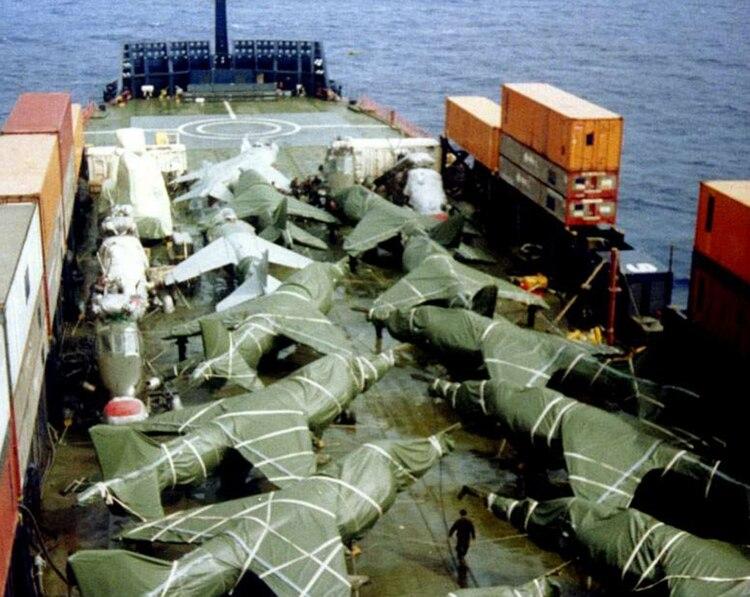 Cubiertos por fundas y embalados, así viajaron los aviones de guerra. A los helicopteros se les extrajeron los rotores.