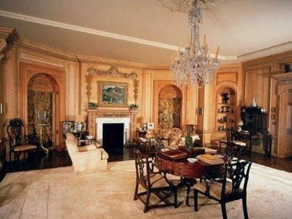 La sala de estar cuando Warner era propietario de la mansión (Architectural Digest)