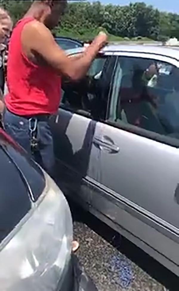 Primero trataron de abrir la puerta del auto levantando la cerradura desde afuera