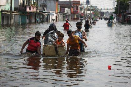 """VILLAHERMOSA, TABASCO, 09NOVIEMBRE2020.- La creciente de la laguna """"El Camarón"""" y el río La Sierra provocó que se inundaran el Torno Largo de la colonia Gaviotas del Sur,  afectando un sin número de habitantes que comenzaron a evacuar sus hogares ya que aseguran que el nivel del agua puede llegar hasta los dos metros FOTO: CARLOS CANABAL OBRADOR/CUARTOSCURO"""