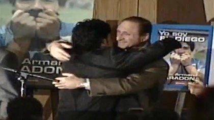 Maradona abraza a Cherquis Bialo en la presentación de la biografía del Diez, hace dos décadas.