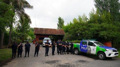 La policía instalada en la entrada del country San Andrés, el día de la muerte de Maradona (Franco Fafasuli)