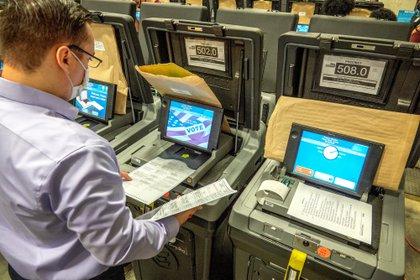 Millones de estadounidenses ya están votando por correo temprano.  Donald Trump cuestiona ese voto que podría conducir a la derrota porque cree que puede ser fraudulento.  EFE / Cristobal Herrera / Archivo