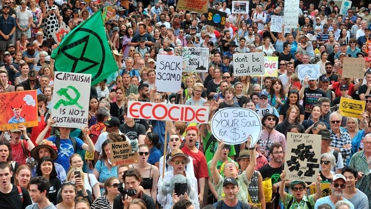 Diez mil habitantes salieron con carteles a protestar exigiendo políticas ambientales (AFP)
