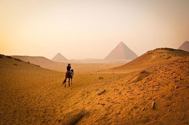 Las imponentes pirámides de Giza y su valor histórico.