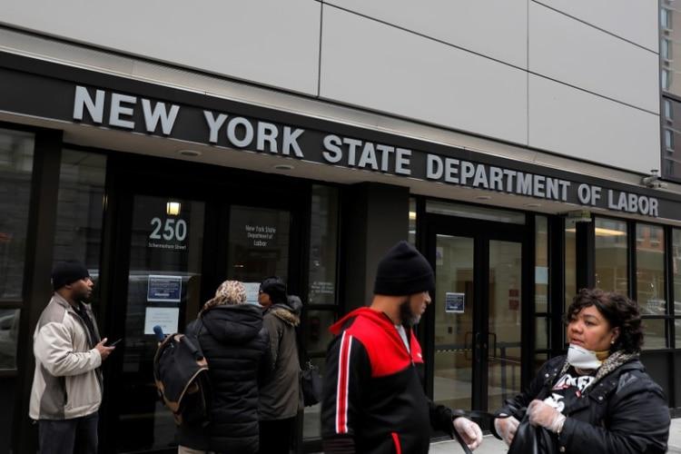 Un grupo de personas frente al Departamento del Trabajo de Nueva York (Reuters/archivo)(