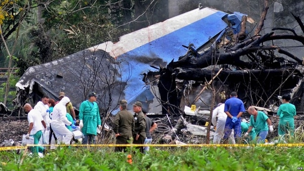 Policías y militares trabajan entre los restos del avión Boeing-737 que se estrelló en La Habana