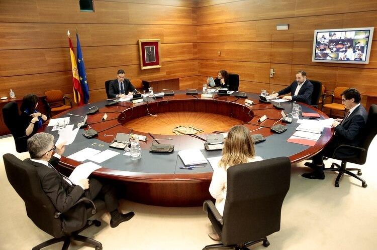 Consejo de Ministros del domingo, con varios integrantes que participan por videoconferencia (Reuters)