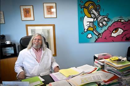 Didier Raoult en su oficina en la institución que dirige, el Instituto Mediterráneo de Infección en el Hospital Universitario (IHU) de Marsella. (GERARD JULIEN / AFP)