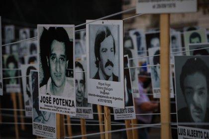 Fotografía de archivo fechada el 20 de mayo de 2020 de miles de carteles con los rostros de los casi 200 detenidos y desaparecidos en la dictadura cívico-militar (1973-1985) en Montevideo (Uruguay). EFE/Federico Anfitti/Archivo