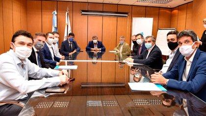 El funcionario con parte del directorio del Enacom y los representantes de las empresas, en una reunión en mayo pasado