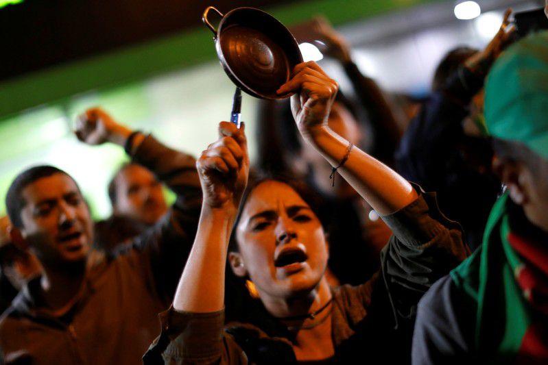 Manifestantes golpean ollas y sartenes durante una protesta, sumándose a un cacerolazo simultáneo en América Latina, en Bogotá, Colombia. 1 de diciembre, 2019. REUTERS/Carlos Jasso