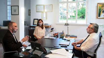 Guzmán, Fernanda Raverta y el presidente Alberto Fernández, en la reunión de evaluación del aumento y los bonos