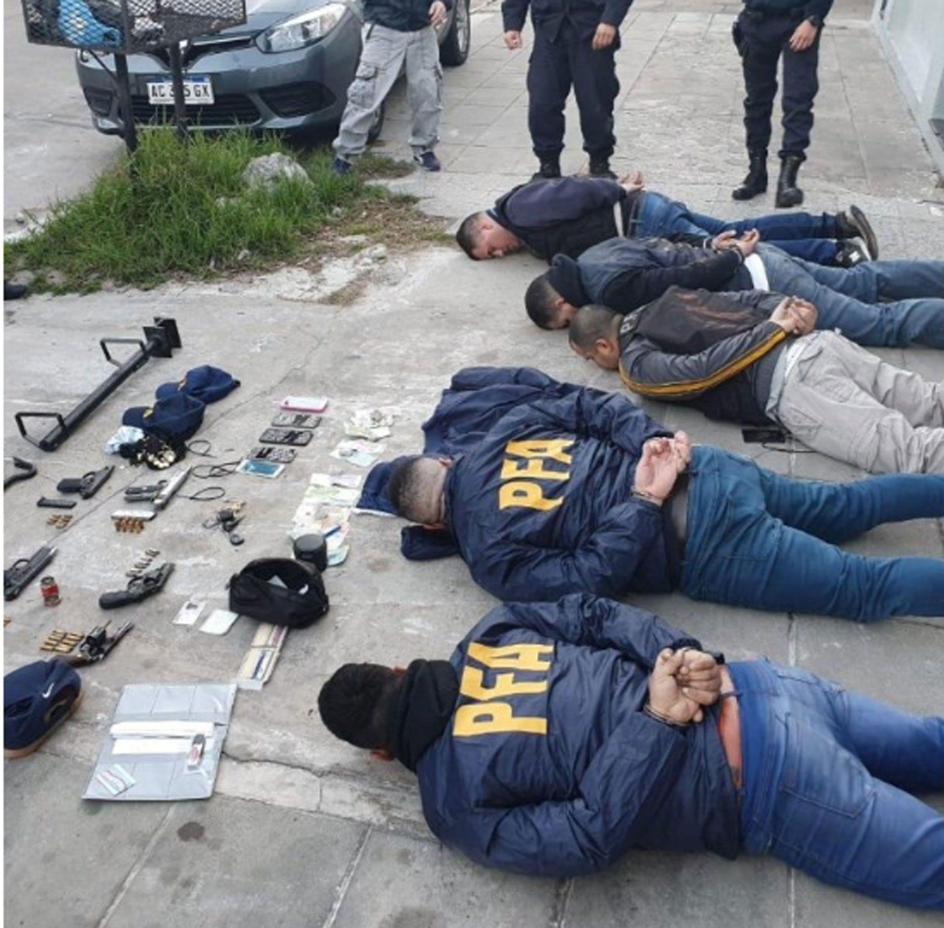 Los cinco detenidos simulaban ser policías federales que realizaban allanamientos para robar viviendas