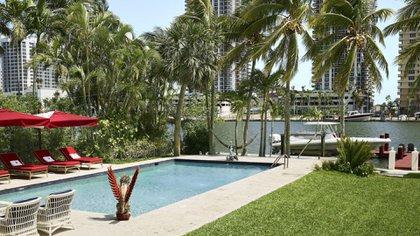 Con salida a la bahía, la casa de Alan Faena tenía una piscina con sombrillas y reposeras personalizadas realizadas especialmente para el empresario (Photos by Benjamin Lozovsky and David Prutting for BFA)