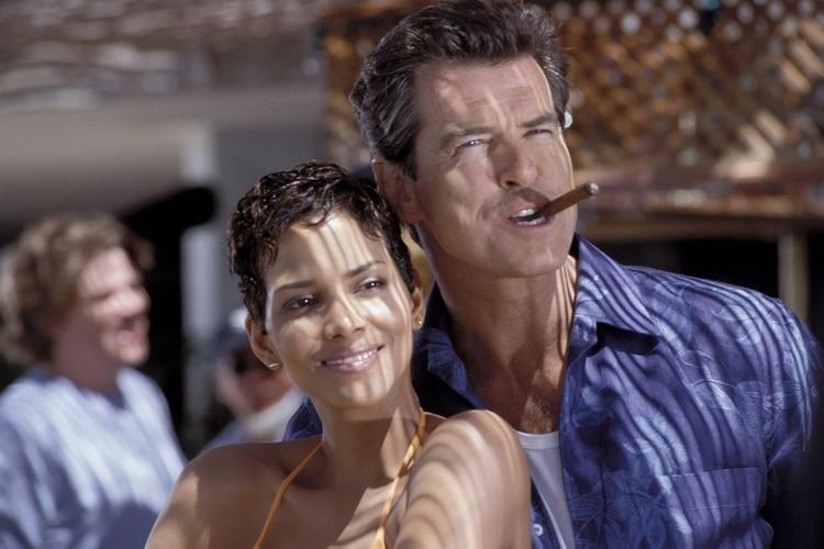 Halle Berry y Pierce Brosnan (Moviestore/Shutterstock)