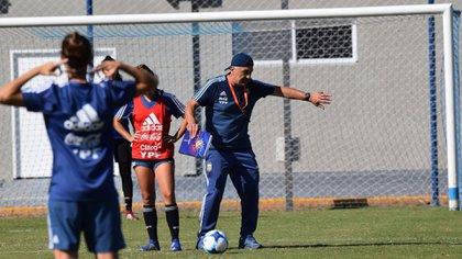 El entrenador Carlos Borrello da indicaciones