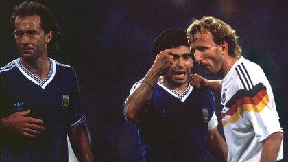Maradona y Brehme, en plena discusión después que Codesal marcó la infracción dentro del área que el 3 de Alemania transformó en gol