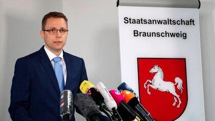 El portavoz del Departamento Fiscal de Braunschweig, Hans Christian Wolters, da un comunicado de prensa en el caso de Madeleine 'Maddie' McCann en Braunschweig, el 04 de junio de 2020 (EFE/EPA/FOCKE STRANGMANN)