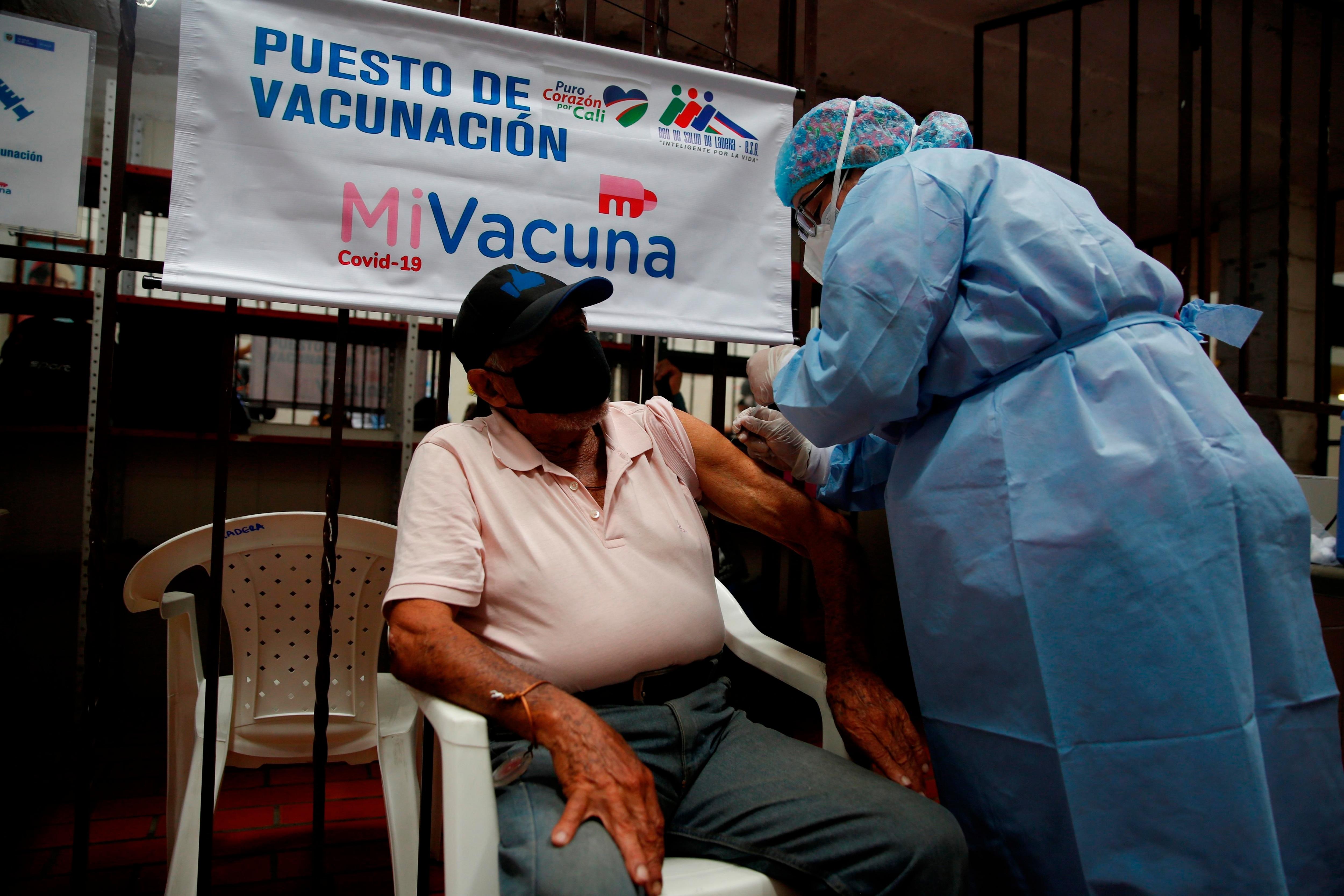 Un adulto mayor de 80 años y habitante de calle fue registrado este miércoles al recibir la vacuna contra la covid-19, en el centro de atención Samaritanos de la Calle, en Cali (Colombia). EFE/Ernesto Guzmán Jr