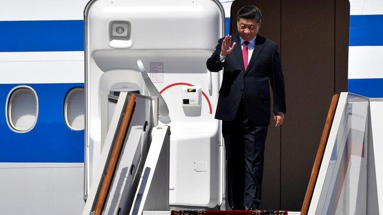 El mandatario chino desciende del avión presidencial (AFP)