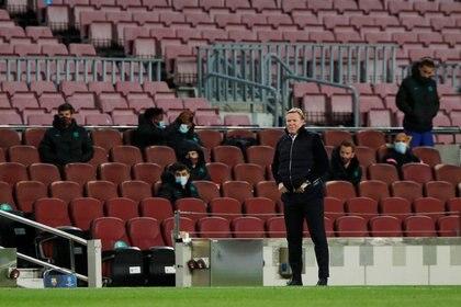 PHOTO DE DOSSIER: L'entraîneur du club de football de Barcelone, Ronald Koeman, lors du match de la Ligue des champions contre le Dynamo Kiev au stade Camp Nou de Barcelone, en Espagne, le 4 novembre 2020. REUTERS / Albert Gea