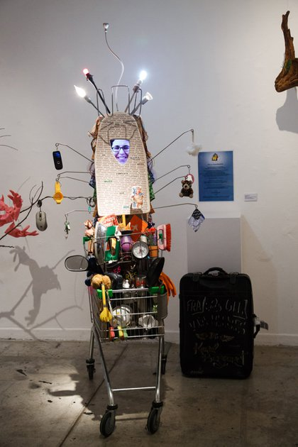 Karol Bergeret García, SuperWomanShiva viajera, 2012/2017. Carrito súper, tabla de planchar, objetos domésticos