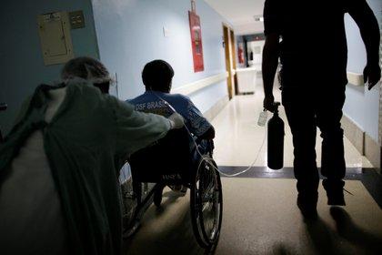 Un paciente con coronavirus en el hospital Sao Francisco de Assis de Goiania (REUTERS/Ueslei Marcelino/Archivo)