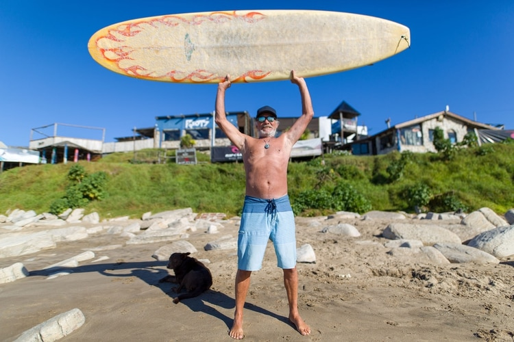 Con 74 años, Gil vive en Mar del Plata, donde enseña surf a personas de todas las edades