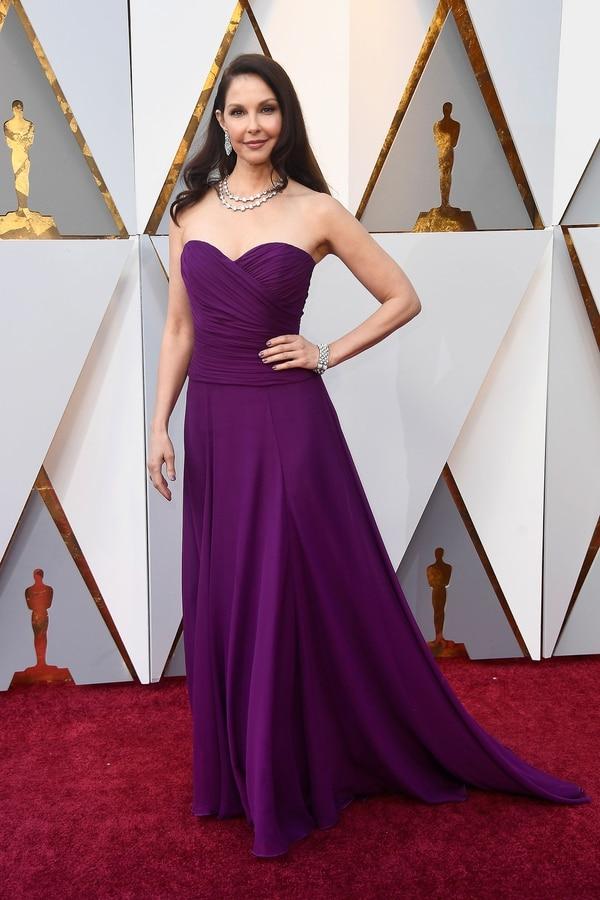 """Ashley Judd """"el violeta le queda muy bien pero es un diseño muy tranquilo para una noche tan espectacular"""" opinó Dinar. Strapless y drapeado en gasa, la actriz eligió un violeta combinado con joyas de cristales. Judd fue una de las primeras en denunciar aHarvey Weinstein"""