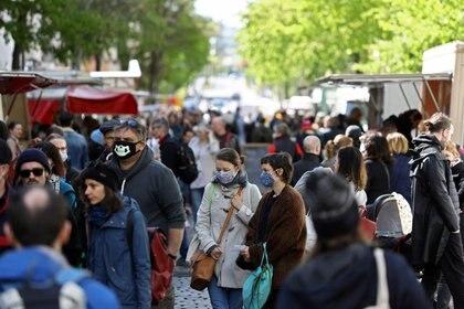 FOTO DE ARCHIVO. Multitudes de personas visitan el mercado de agricultores en Boxhagener Platz, mientras continúa la propagación de la enfermedad del coronavirus (COVID-19), en Berlín, Alemania. REUTERS/Christian Mang